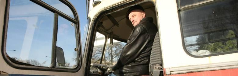Rok 2014. Tomasz Surowiec w zabytkowym już autobusie Jelcz, popularnie zwanym ogórkiem