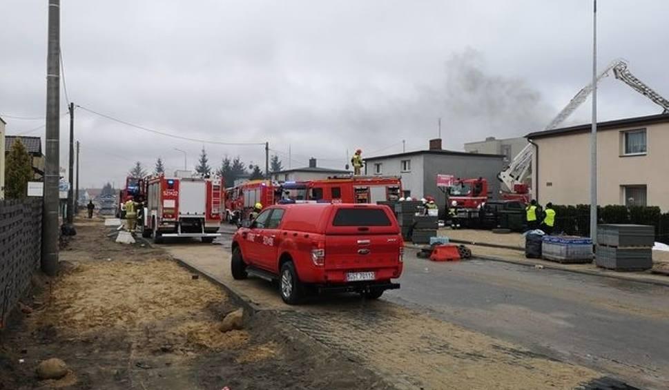 Film do artykułu: Pożar w Starogardzie Gdańskim! 15.04.2021 r. Płonął zakład produkcji zniczy. Ogień gasiło 25 zastępów straży pożarnej