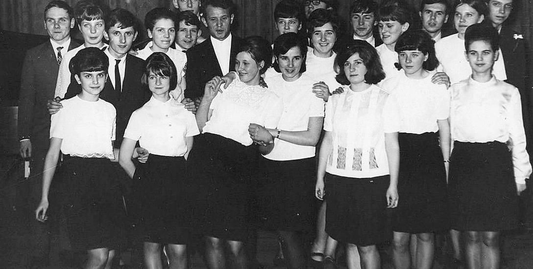 Studniówkowe zdjęcie klasy XIe z roku 1967 w szczecineckim I Liceum Ogólnokształcącym, jak widać stroje pań mocno się różnią od dzisiejszej rewii mody