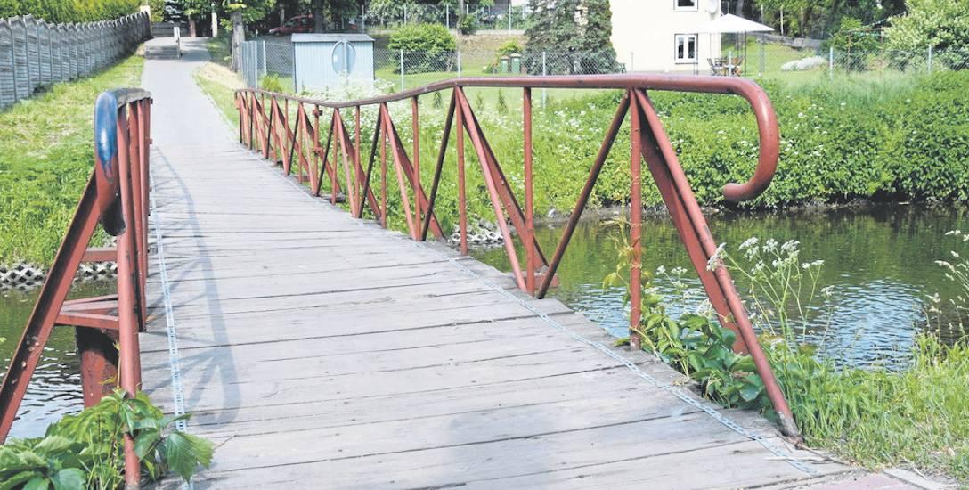 Kładka na rzece Łupi obok Bulwaru Przyjaźni zaczęła niebezpiecznie przechylać się na prawą stronę. Korzystający z niej obawiają się, że dojdzie do t