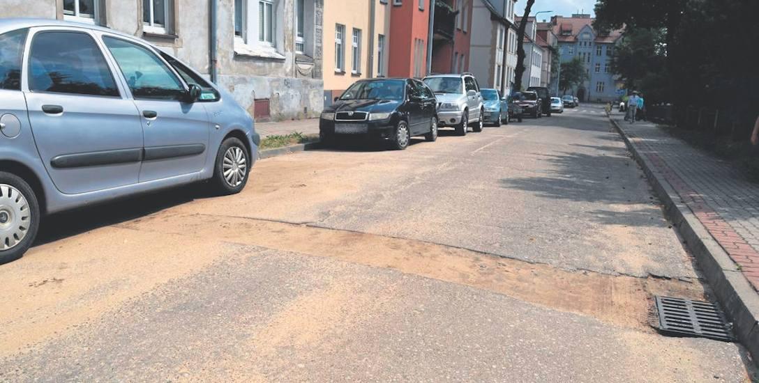 Niedługą ulicę Wojska Polskiego na krótkim odcinku przecinają trzy takie przekopy przez asfalt. Jazda po takich wybojach nie należy do przyjemności