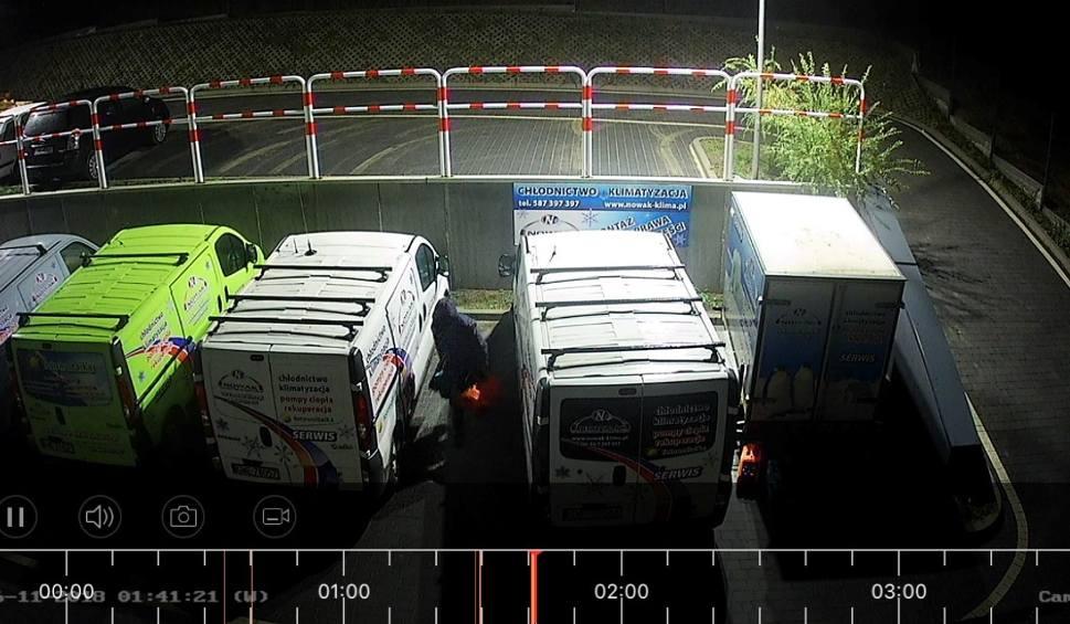 Film do artykułu: Gościcino (gmina Wejherowo). Zuchwały włamywacz nie wystraszył się kamer monitoringu [ZDJĘCIA] [WIDEO]
