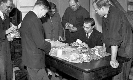 Na zdjęciu wymiana pieniędzy w roku 1950. Fotografia ma charakter propagandowy, nie oddaje rozpaczy ludzi, którzy w ramach tej operacji tracili lwią