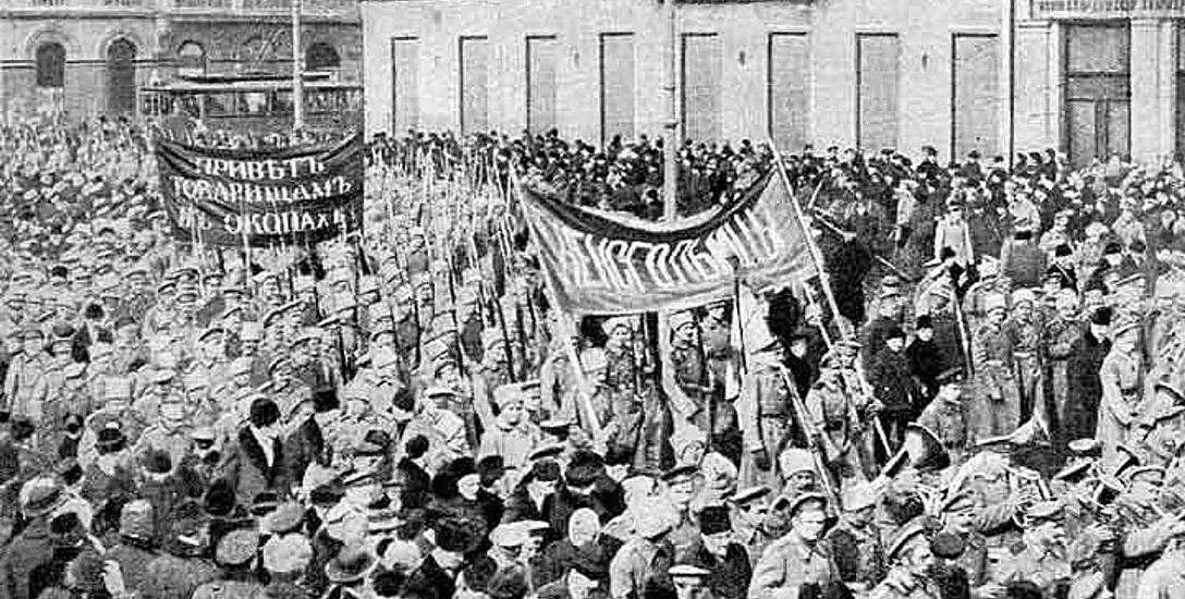Wojsko na ulicach Piotrogrodu w decydujących dniach  rewolucji lutowej. Armia opuściła cara. Żołnierze kolejno buntowali się i przechodzili na stronę