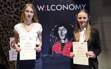Dominika Dąbrowska i Patrycja Zawadzka (z prawej) nagrodzone za najlepszy studencki biznes 2018 roku