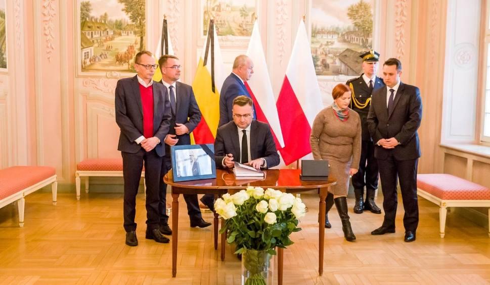 Film do artykułu: Zabójstwo prezydenta Gdańska. Można już wspisywać się do ksiąg kondolencyjnych. W szkołach będą lekcje o przeciwdziałaniu nienawiści