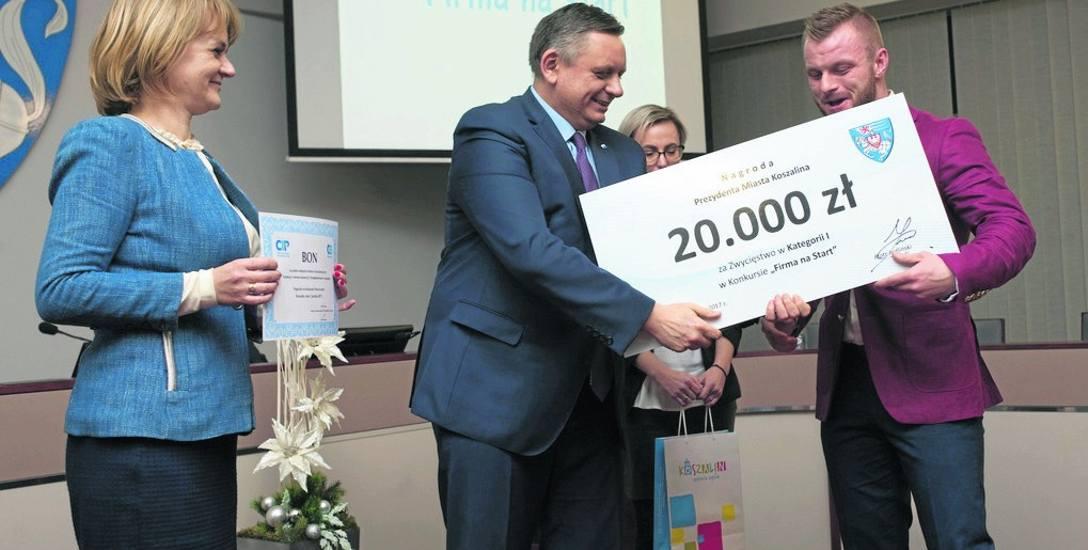 W Urzędzie Miejskim prezydent Koszalina Piotr Jedliński wręczył nagrody i wyróżnienia tym, którzy okazali się najlepsi w tej edycji konkursu na swój