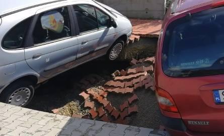 Dwa samochody zapadły się na parkingu przed Netto w Jaworznie