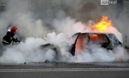 Pożar na Wojska Polskiego w Szczecinie. Samochód stanął w ogniu [ZDJĘCIA, WIDEO]