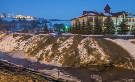 Brudny śnieg z solą może skazić wody Kryniczanki