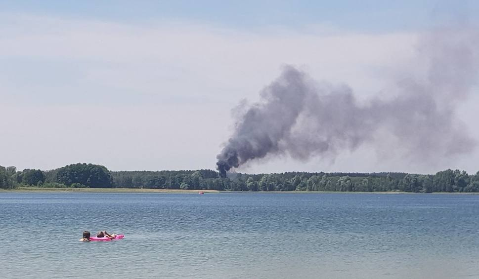 Film do artykułu: Pszczew: wielki pożar koło jeziora. Spłonął fragment pola kempingowego i kawałek lasu [GALERIA]