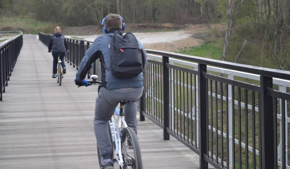 Film do artykułu: Na moście kolejki wąskotorowej ruch, jak na... Marszałkowskiej [zdjęcia]