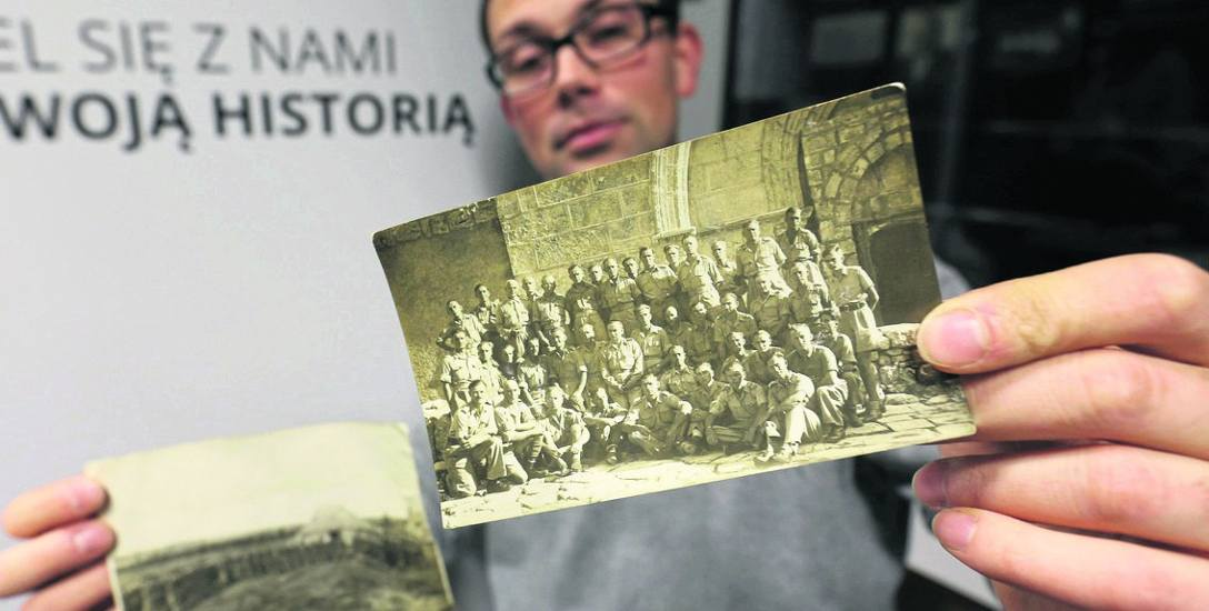 Bogusław Kosel pokazuje zdjęcia, które Muzeum Pamięci Sybiru podarowali Iwańczukowie z Argentyny