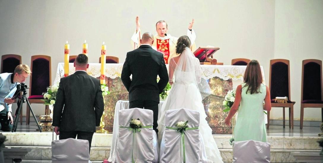 """Ofiara jest """"co łaska"""" słyszą przyszli nowożeńcy w parafiach. I dociekają, ile ofiarować, by """"było dobrze""""."""
