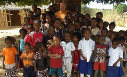 Odświętnie... - Dzieci, które chodzą do szkoły szybko zaczynają bardziej o siebie dbać - mówi ojciec Darek