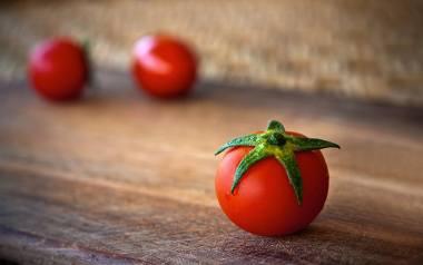 Pomidorów na pusty żołądek nie powinny jeść szczególnie te osoby, które cierpią na refluks lub wrzody żołądka. Pomidory są bogate w kwas garbnikowy,