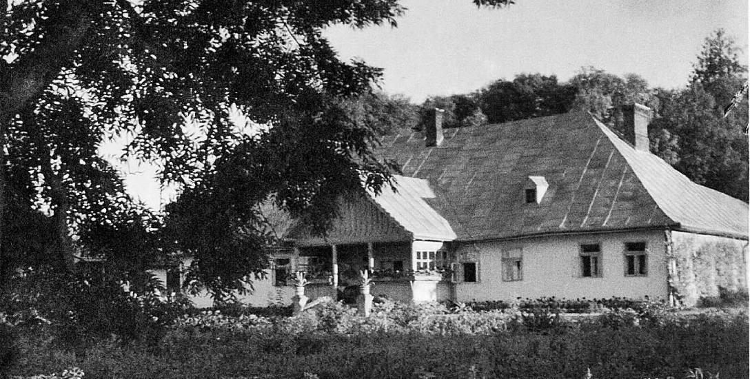 Nieistniejący obecnie dwór w Trójcy Kajetany i Aleksandra Zadurowiczów; bliźniacze dwory stały w Chlebiczynie i Ilińcach (ze zb. Magdaleny z Łukasiewiczów