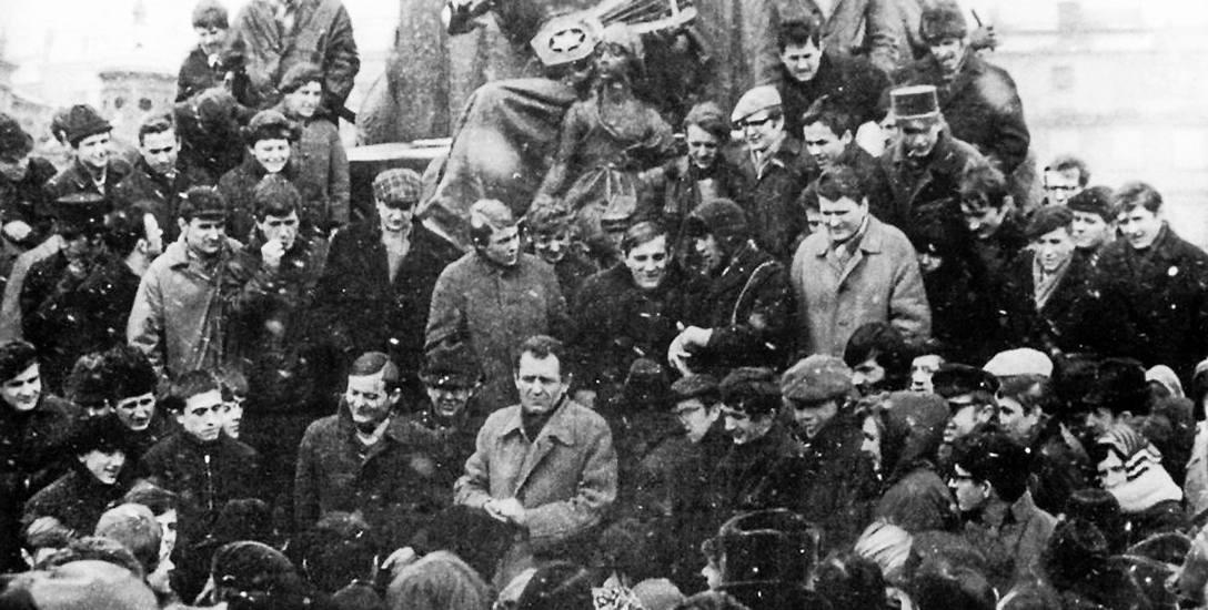 Studencki wiec na Rynku Głównym pod pomnikiem Mickiewicza, 11 marca 1968 r.