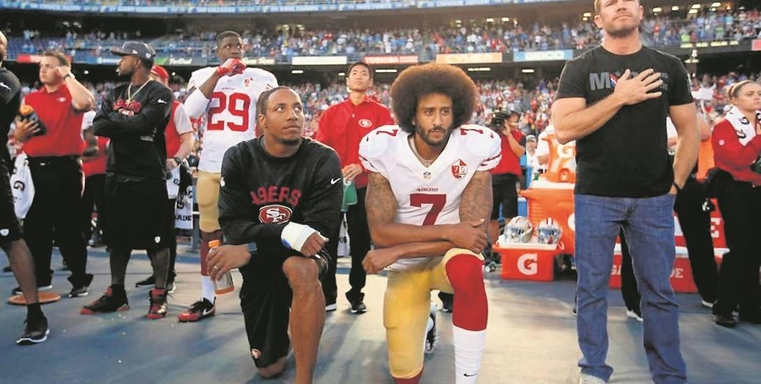 Od lewej klęczą Eric Reid i Colin Kaepernick podczas hymnu przed meczem na stadionie Qualcomm w San Diego 1 września 2016 roku