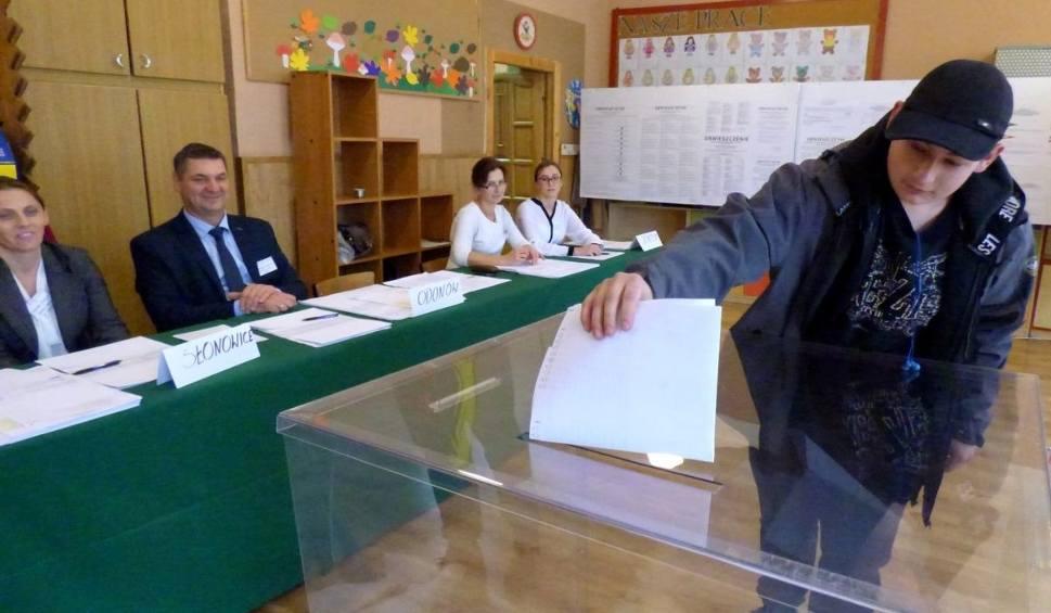 Film do artykułu: Wybory samorządowe 2018 w powiecie kazimierskim rozpoczęte. Zobacz jak głosują mieszkańcy [RAPORT NA BIEŻĄCO]