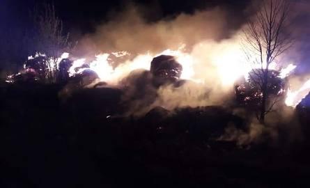 Pożar bali słomy w Skale. Ogień stwarzał zagrożenie na drodze