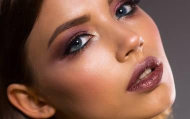 Makijaż wieczorowy powinien podkreślać naturalną urodę, kreację oraz wytrzymać w dobrym stanie parę dobrych godzin.