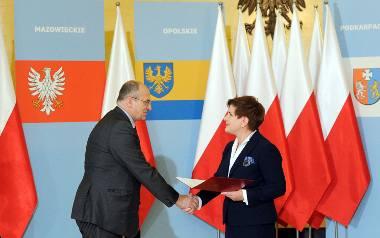 Zbigniew Rau odbiera nominację na wojewodę łódzkiego z rąk premier Beaty Szydło