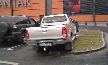 Toyota nieprawidłowo zaparkowana przez Jantarem.