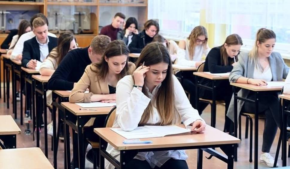 Film do artykułu: Matura, egzaminy zawodowe i egzamin ósmoklasisty jednak bez maseczek na twarzach! Zobacz, jak będą wyglądały tegoroczne egzaminy