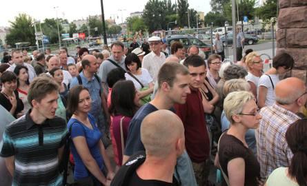 Pod dworcem zebrał się tłum widzów
