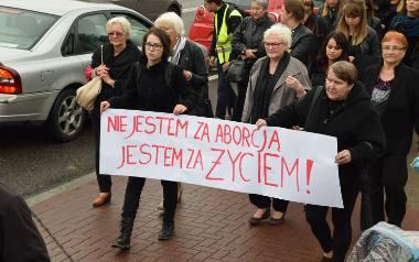 W Białymstoku odbył się Czarny Protest. Przeciwko zaostrzeniu przepisów aborcyjnych pikietowały setki osób. Marsz ruszył o godz. 15 z ulicy Skłodows