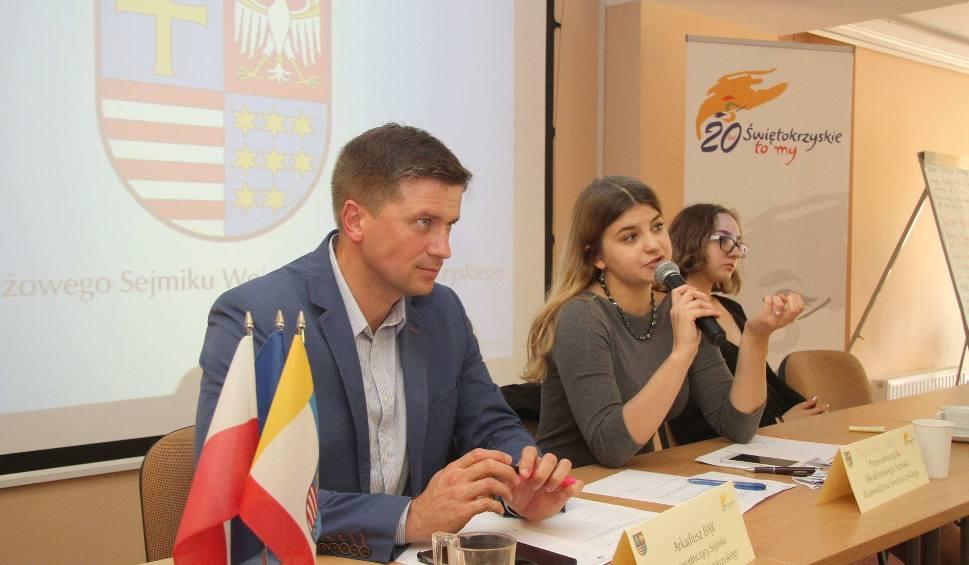 Film do artykułu: Młodzieżowy sejmik województwa świętokrzyskiego już działa. Pierwsze obrady były długie, wyłoniły przewodniczącą, jej zastępców i sekretarza