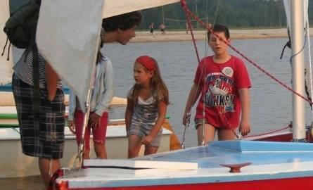 Członkowie Jacht Klubu propagują ideę żeglowania wśród dzieci i młodzieży.