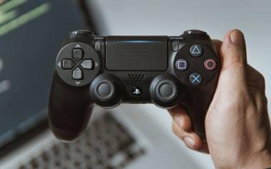 Gry wideo rozwijają kompetencje miękkie! Sprawdź, w co grać, żeby dostać pracę: Na zdjęciu: ręka trzymająca dualshock