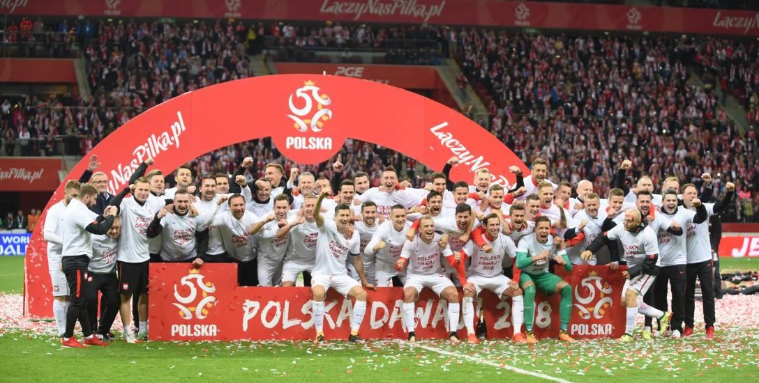 Reprezentacja Polski cieszy się z awansu ma mundial w Rosji po wygranej z Czarnogórą 4-2.
