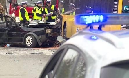 Kierowca VW Jetta wjechał czołowo w autobus miejski. Na miejscu zginął pasażer. W szpitalu zmarł kierowca