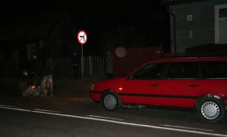 Volkswagen potrącił mężczyznę. Połamany leżał na jezdni (foto)