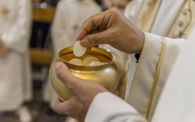 Bezglutenową hostię można dziś bez problemu otrzymać w kościele - mówią księża