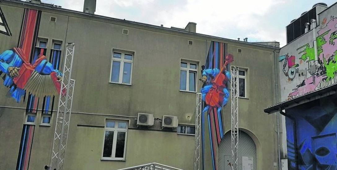Na dziedzińcu Łowickiego Ośrodka Kultury powstaje mobilny ekran, przed którym zasiąść będzie mogło 50 widzów.