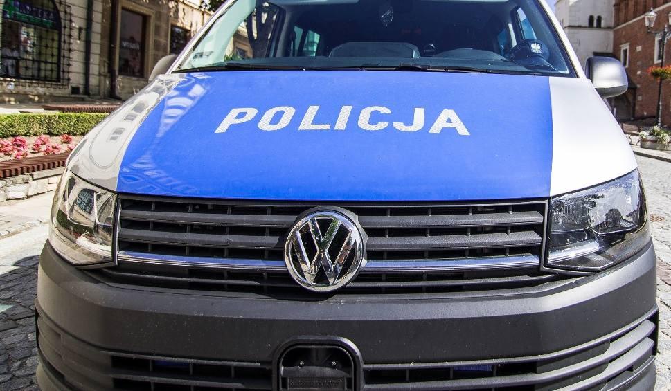 Film do artykułu: Wypadek w Jędrzejowie, volvo uderzyło w słup. Kierowca w szpitalu