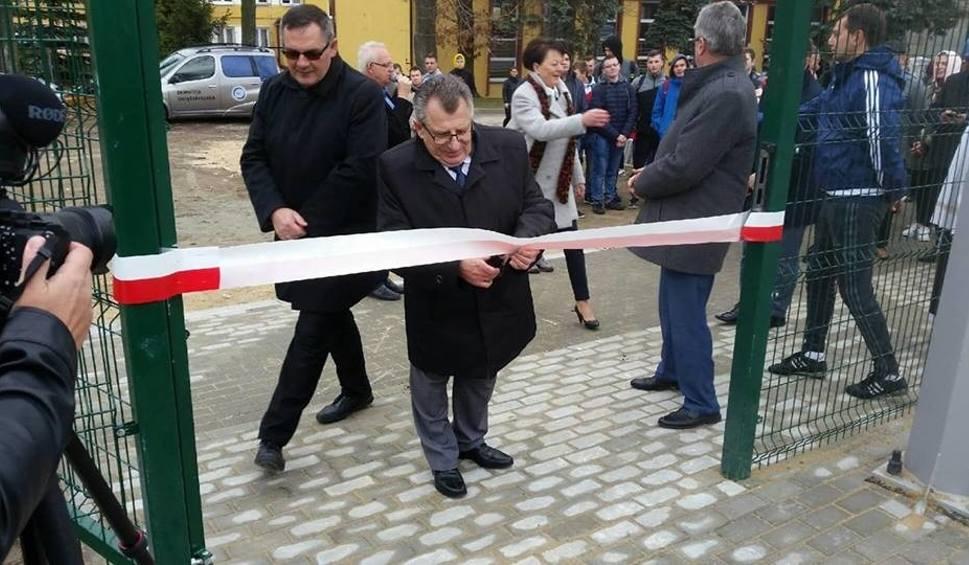 Film do artykułu: W Zespole Szkół Ponadgimnazjalnych w Jędrzejowie oddano do użytku nowoczesne pracownie oraz kompleks boisk