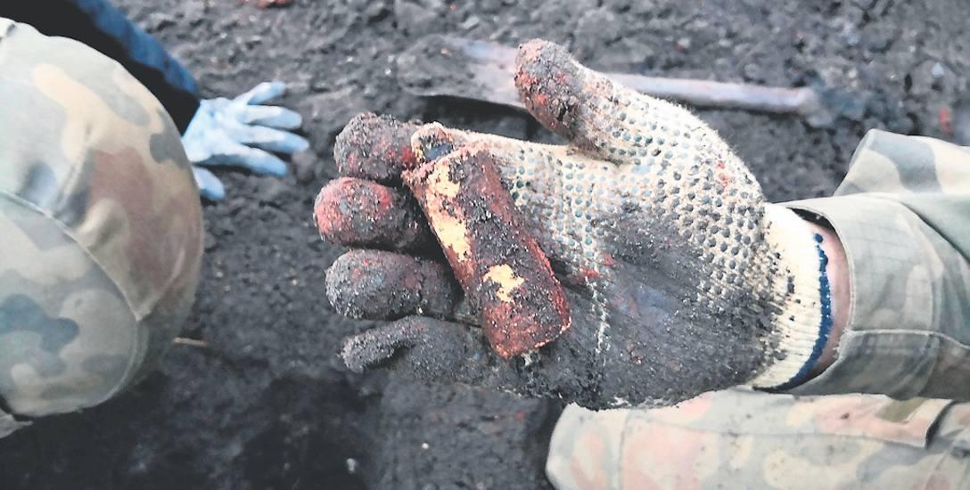 Tak wyglądał jeden z ładunków wybuchowych znalezionych kilka dni temu przy wzgórzu Mikołajskim. Trotyl zdemontowali saperzy z wrocławskiego patrolu rozminowania