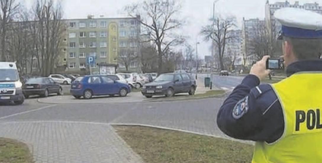 Kierowcy, którzy zostawili swoje  samochody na chodniku i ścieżce rowerowej przy al. 3 Maja,  muszą liczyć się z karą w wysokości 100 złotych i jednym