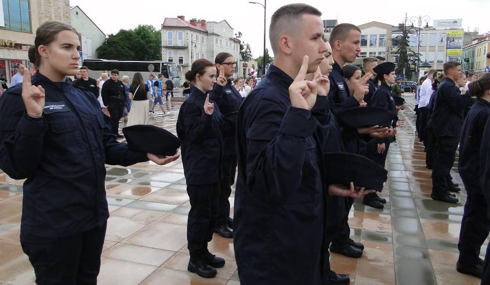Film do artykułu: Uczniowie klas mundurowych Zakładu Doskonalenia Zawodowego w Radomiu ślubowali na placu Jagiellońskim
