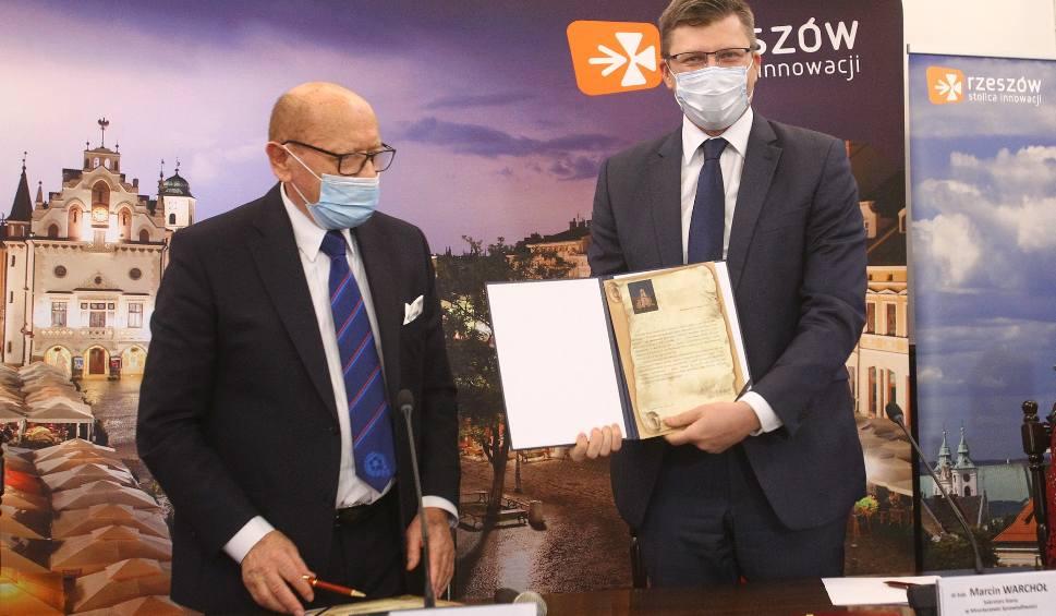Film do artykułu: Miasto przekazało dziś działki pod budowę nowego Sądu Okręgowego w Rzeszowie, a tym samym stanie się właścicielem Zamku Lubomirskich [FOTO]