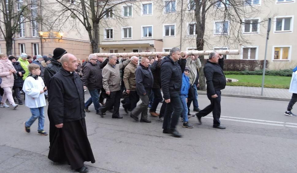 Film do artykułu: Droga Krzyżowa ulicami Ostrołęki. Jako pierwsi odprawili ją parafianie z fary