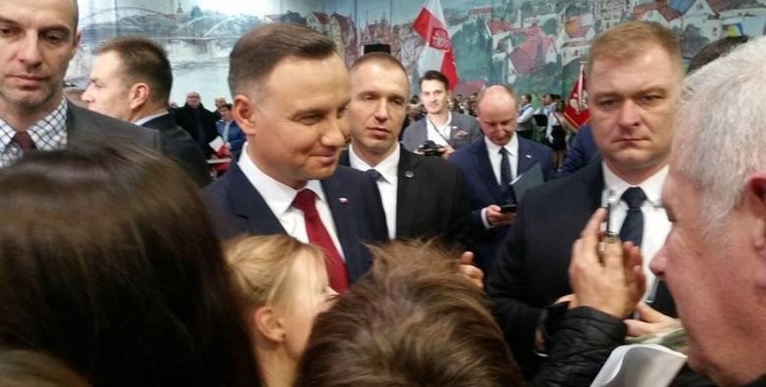 Prezydent Andrzej Duda spotkał się z mieszkańcami Krapkowic w poniedziałek 13 listopada. Właśnie wtedy na ulicach miasta pojawiły się plakaty.