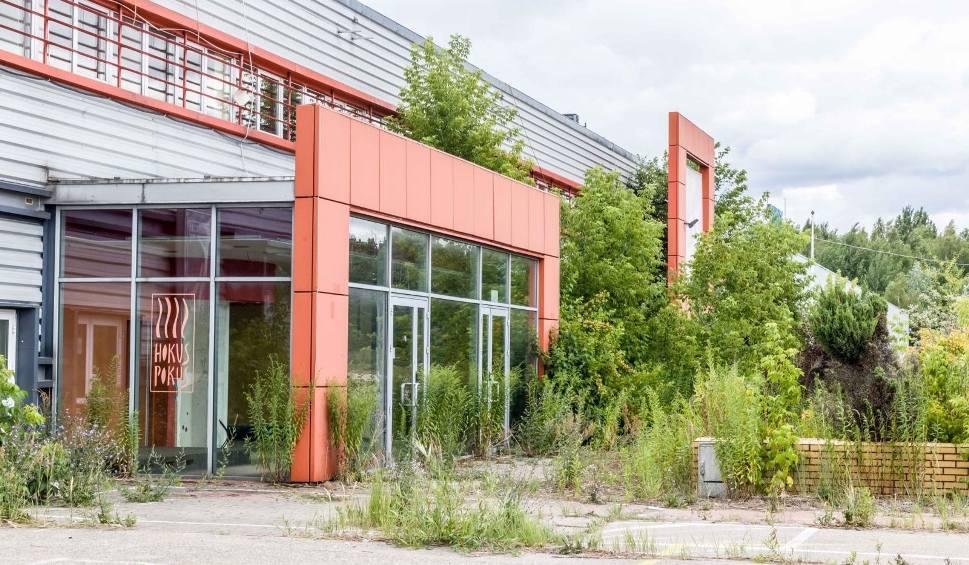 Film do artykułu: Galeria Kwadrat przegrywa z przyrodą. Pierwsza galeria handlowa w Białymstoku zarasta zielenią 16.07.2019 (zdjęcia)