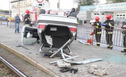 Wypadek, dachowanie BMW na przystanku przy ul. Żmigrodzkiej