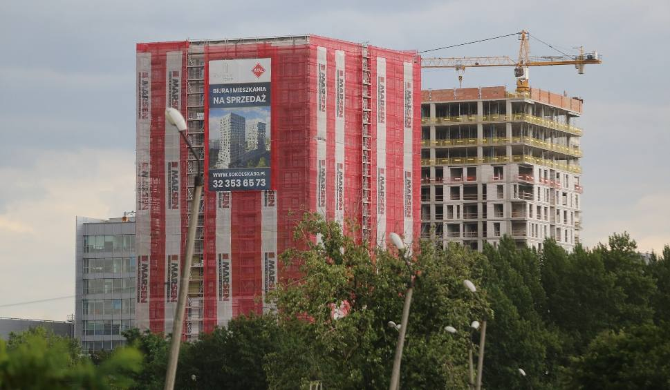 Film do artykułu: Budują 280 nowych mieszkań w centrum Katowic. Konstrukcje dwóch wież Sokolska 30 Towers są już gotowe